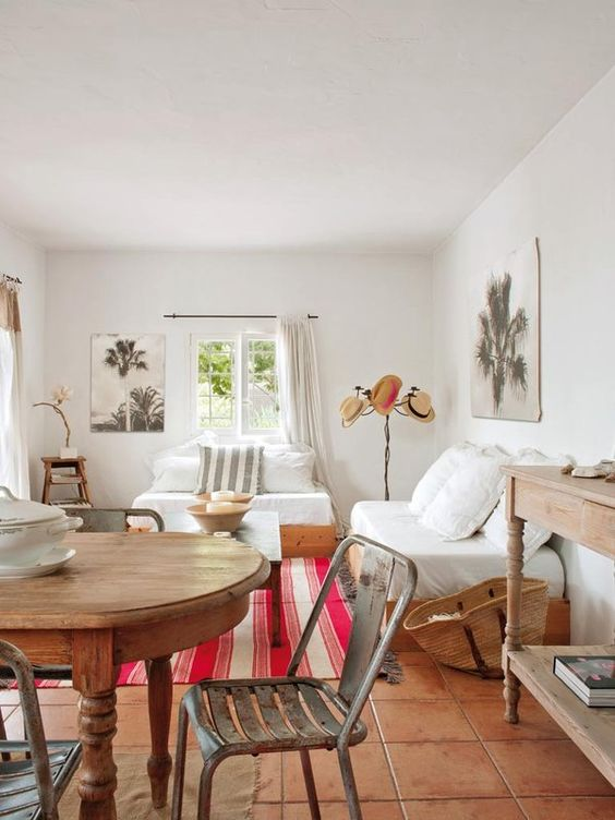 Estilo Ibicenco salón comedor con toques de color | Woodies