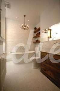 Baño rústico con lámpara antigua| Woodies