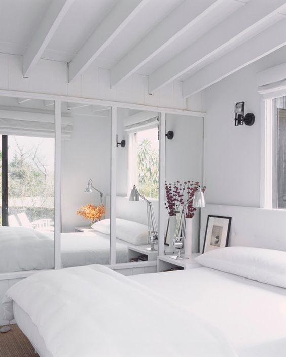 Agrandar una habitaci n con espejos muebles r sticos a for Espejo pared habitacion