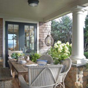 Comedor en tonos blancos en el porche | Woodies