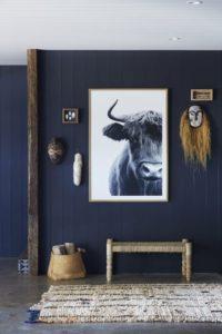 Azul oscuro en pared de descansillo | Woodies