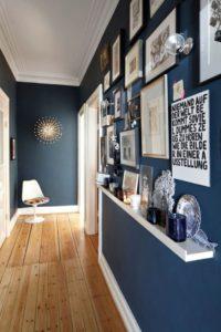 Azul oscuro en paredes de pasillo | Woodies