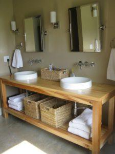 Muebles de madera con lavabo blanco | Woodies