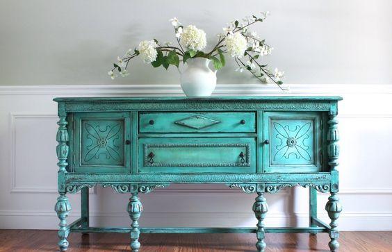 Mesas de madera en tonos decapados