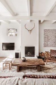 Blanco, madera natural y estampados étnicos