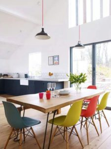 ¿Qué estilo de silla elegir para tu mesa de comedor de madera?
