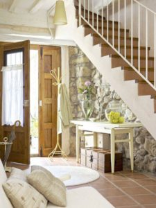 Cómo aprovechar el espacio debajo de la escalera