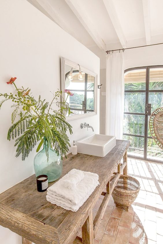 Baños en blanco y madera
