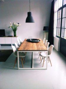 mesa de comedor con sillas blancas