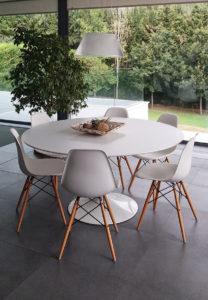 mesa de madera para comedor y sillas blncas