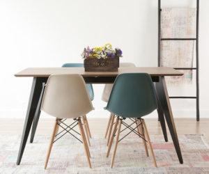 mesa de madera con sillas de colores