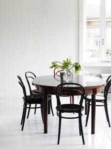 mesa de madera con sillas negras