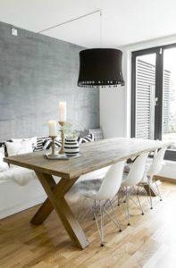 mesa de madera con patas gruesas