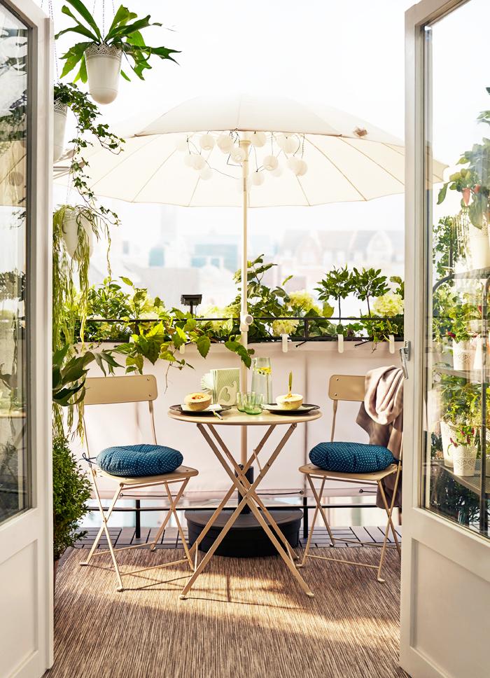 Ideas sorprendentes para decorar tu balcón sombrilla