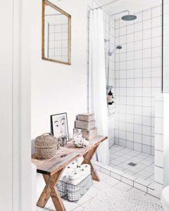 colocar un banco de madera baño